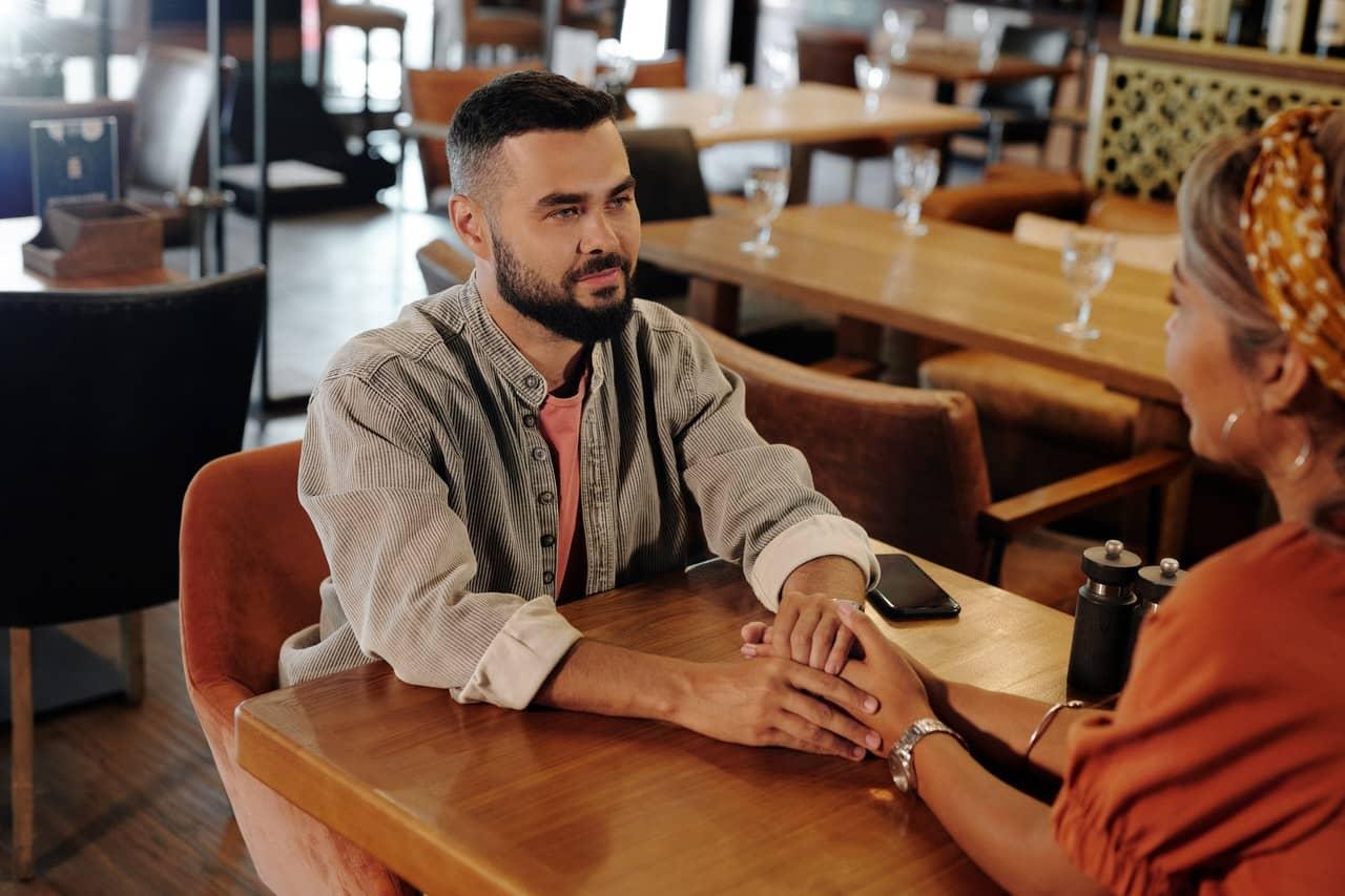 Koerpersprache Mann - die Signale richtig verstehen | elFlirt - Magazin